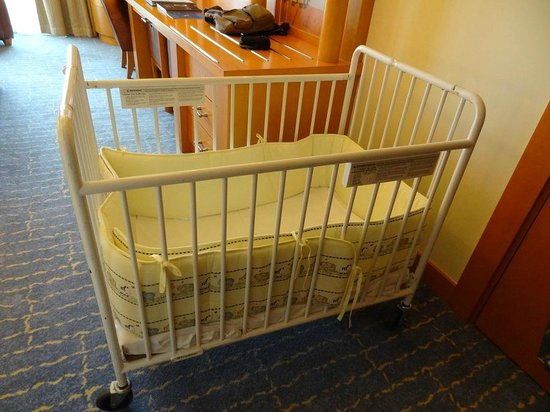 Resorts World Sentosa - Hotel Michael: Baby Cot