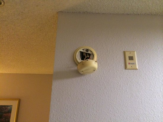 Murfreesboro Extended Stay Hotel: smoke detector hanging out of wall