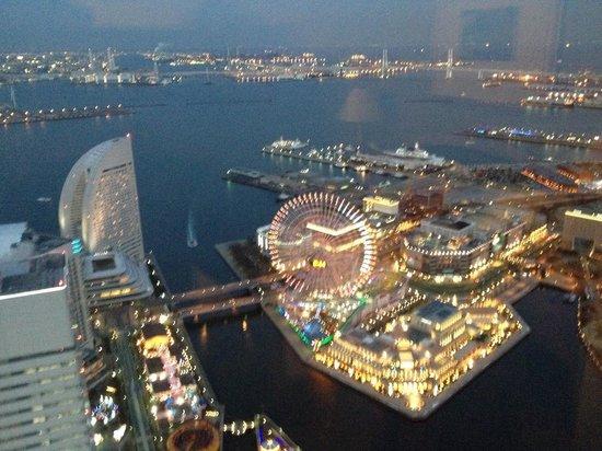 Yokohama Royal Park Hotel: Night view from the room