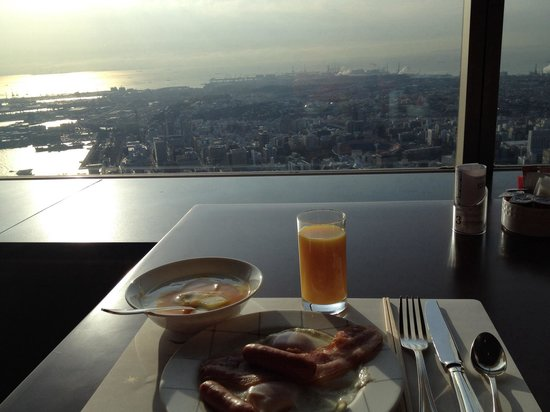 Yokohama Royal Park Hotel: Breakfast and views from the 70th floor