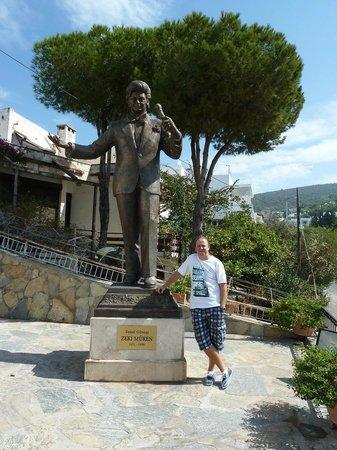 Zeki Muren Arts Museum: Statue of Zeki Muren