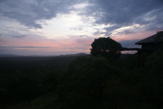 Leopard Mountain Safari Lodge: sun setting over Leopard Mountain
