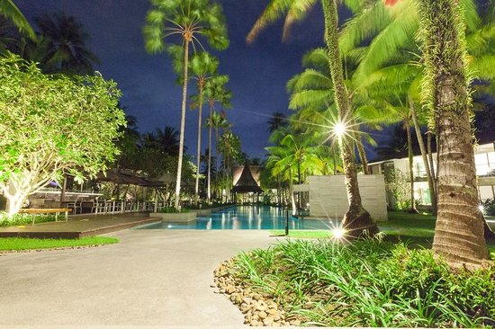 Twinpalms Phuket: Der Innenhof mit Pool und Palmen