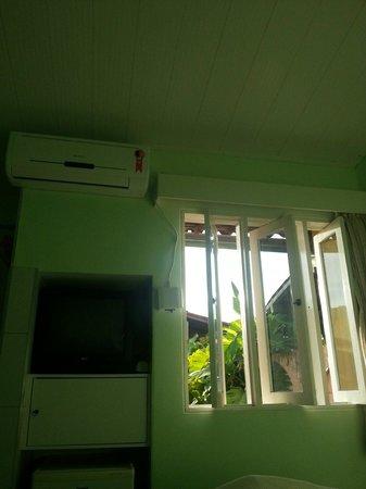 Pousada Portomares: Tv, janela com vista para o jardim e central de ar.