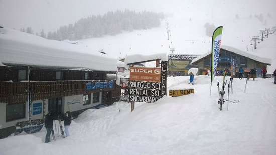 Super G Italian Mountain Lodge: Yep, it was snowing! ;)