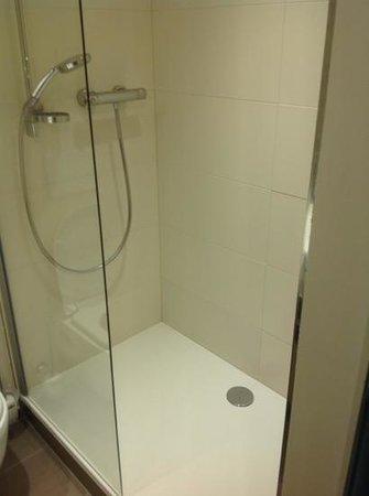 Zi Hotel & Lounge: dusche