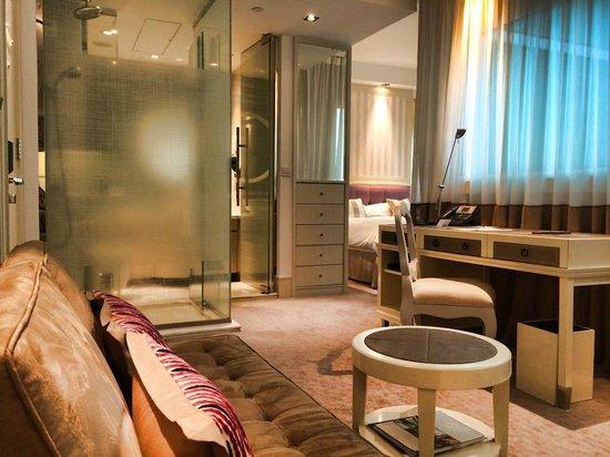 Lanson Place Hotel: Bedroom annd Bartroom