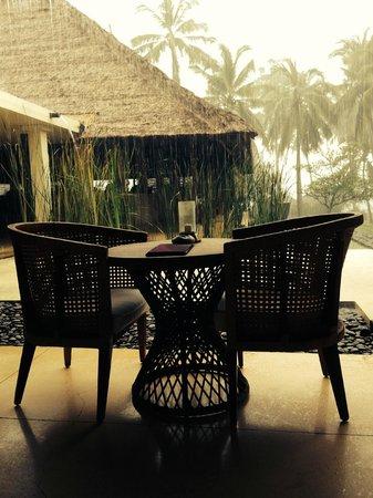 Alila Manggis: lobby - rainy afternoon