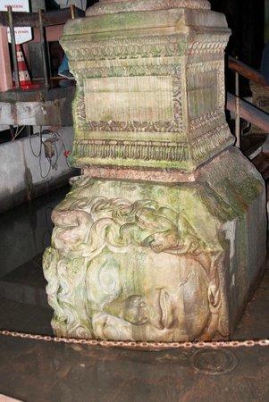 Cisterna Basilica (Versunkener Palast): Медуза Гаргона