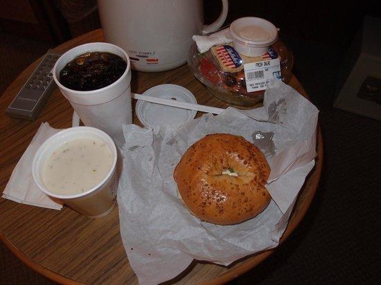 Winchell's Donuts House : アイスコーヒー、クラムチャウダー、ベーグルサンドもGood!