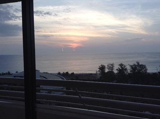 Hilton Phuket Arcadia Resort & Spa: Sunset at the lounge