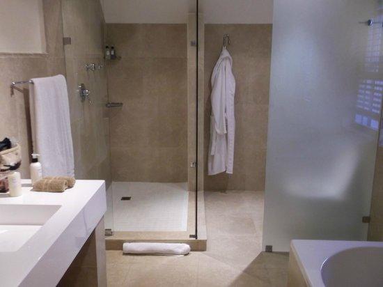 Plumwood Inn: super bathroom