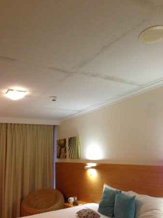 Novotel Cairns Oasis Resort: mold in ceiling inside of this room