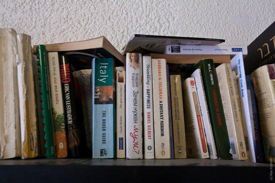 Chef Hostel Tel Aviv Montefiore : Сфотографиировал книжную полку зачем-то