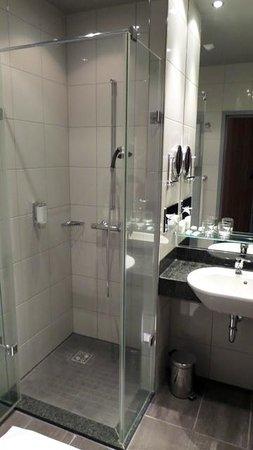 Bad Zell, Austria: Dusche und Waschbecken räumlich getrennt vom WC