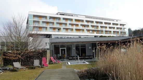 Hotel & Spa Lebensquell: der Saunagarten und das Hotel (Westseite)