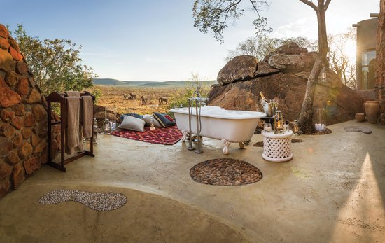 Madikwe Hills Private Game Lodge: Honeymoon suite outside bath