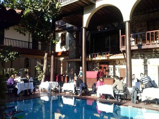 Alp Pasa Hotel: Frühstück im Innenhof