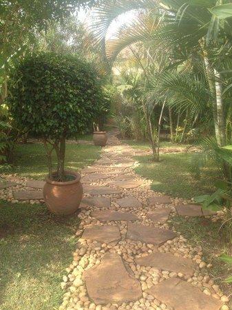 Hotel Le Petit Village: Garden footpath