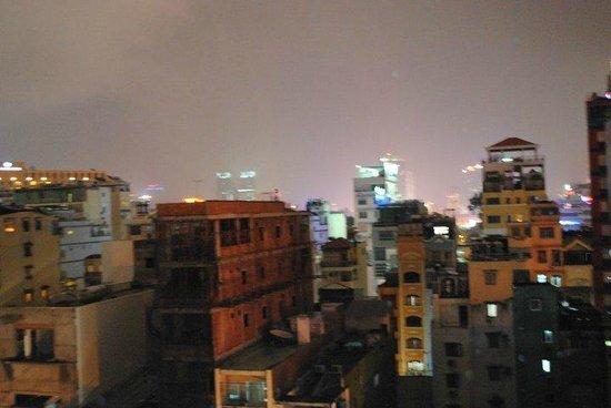 Beautiful Saigon Hotel : La vue depuis notre chambre - orage !