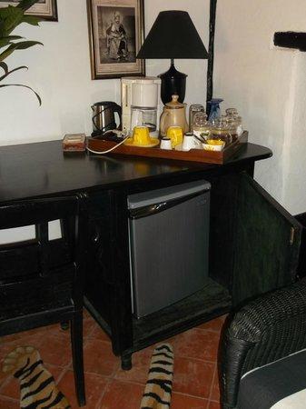 Ahilya Fort: mini bar in suite