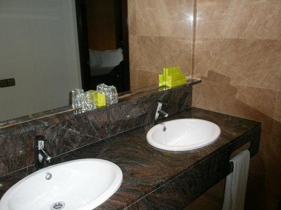 Hotel Silken Ramblas Barcelona : baño, el lavabo está fuera en el pasillo de entrada a la habitacion