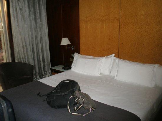 Hotel Silken Ramblas Barcelona : cama grande y comoda