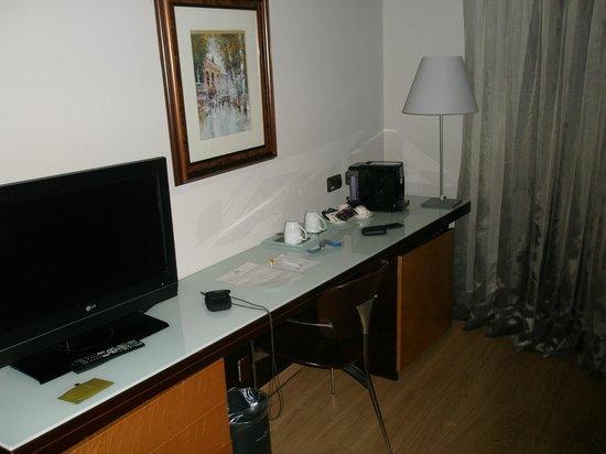 Hotel Silken Ramblas Barcelona : estrechito el escritorio, se agradece la cafetera