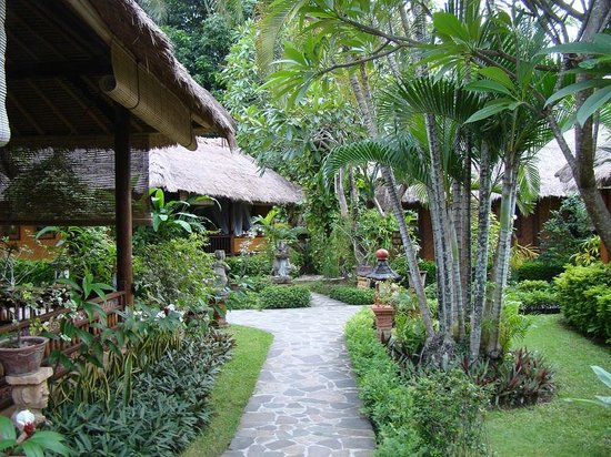 Puri Mas Boutique Resort & Spa: One of the many tranquil walkways