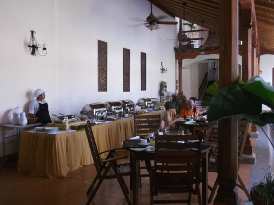 Hotel Plaza Colon: breakfast area near pool