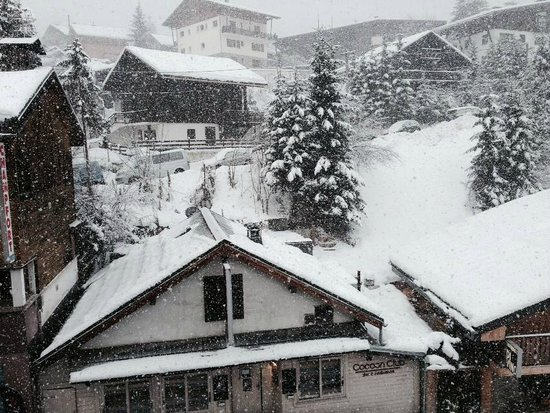 Hotel Chalet d'Antoine: View from a room at the front of the chalet with SNOW!