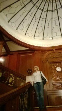 My City Hotel Tallinn: Titanic artificial stairs