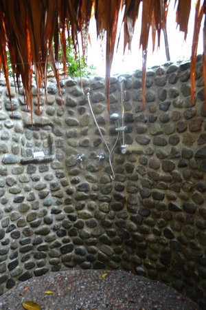 Mana Island Resort: Beautiful outdoor shower in our room!