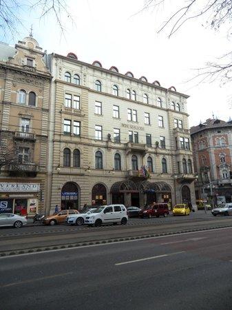 Radisson Blu Beke Hotel, Budapest: hotel from across the street