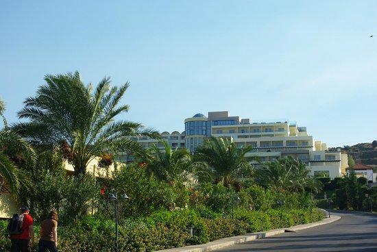 Kipriotis Panorama Hotel & Suites : Tuż za szlabanem kompleksu Kipriotis Panorama & Suites