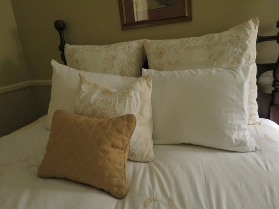 Hotel La Rose: A lot of pillows in the bed