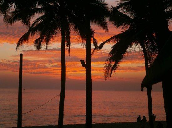 Kadaltheeram Beach Resort: Sunset from the restaurant
