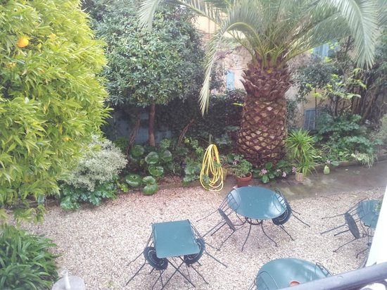 Hotel Villa Les Cygnes: garden as seen from window. when sunny breakfast served there