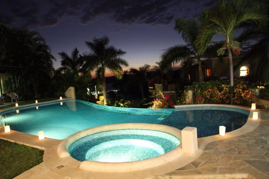 Las Palmas Villas & Casitas: Night view from main Palapa