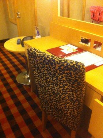 Academy Plaza Hotel: Desk