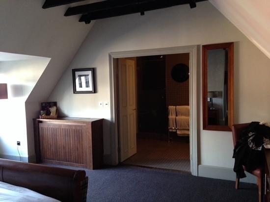 Hotel du Vin & Bistro : Double doors leading into the huge bathroom.