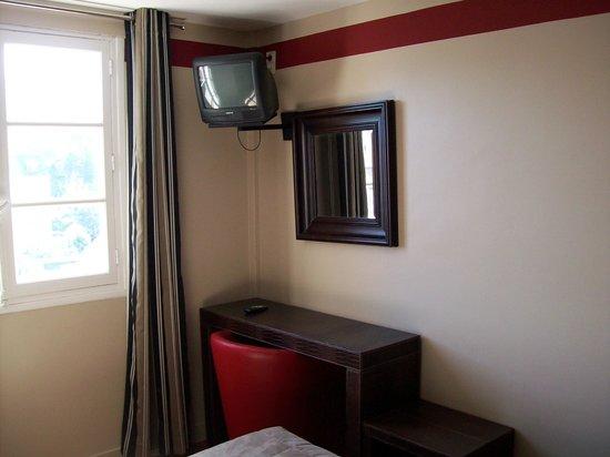 Hotel Jeanne d'Arc: televisión frente a la cama