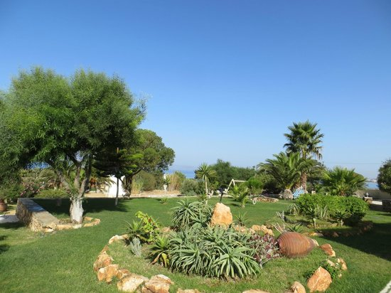 Faros Villa: Pretty well kept grounds with lovely flowers