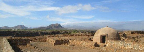 Fortaleza Real de San Felipe: cistern and mountains