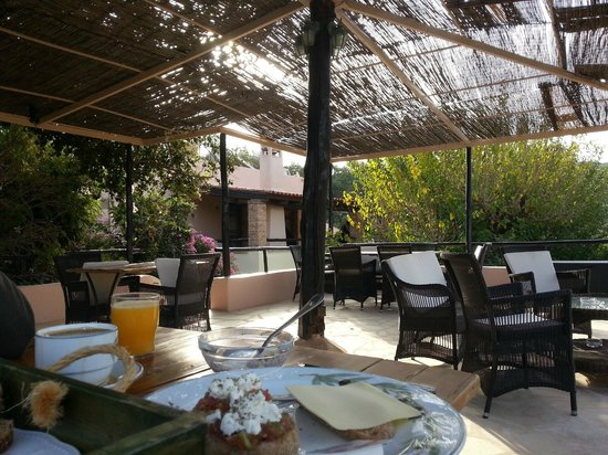 Elia Traditional Guesthouse: Elevated breakfast patio