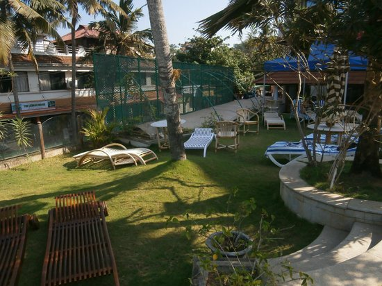Hindustan Beach Retreat: Garden around the pool