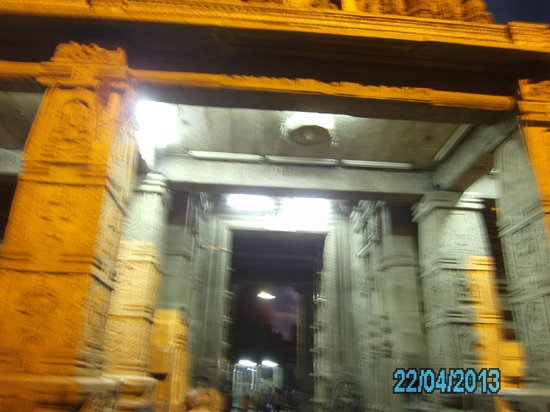 Srikanteshwara Temple: Pillars in the temple complex.