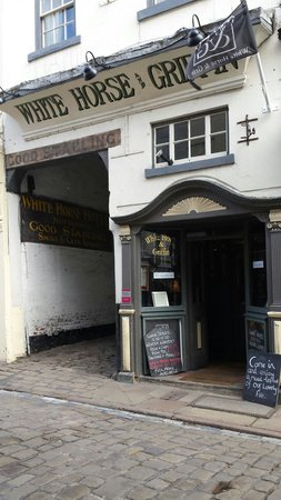 White Horse and Griffin: Hotel from the outside