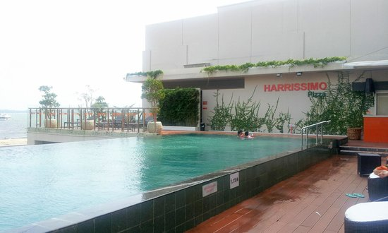 HARRIS Hotel Batam Center: Nice relaxing pool overlooking the sea