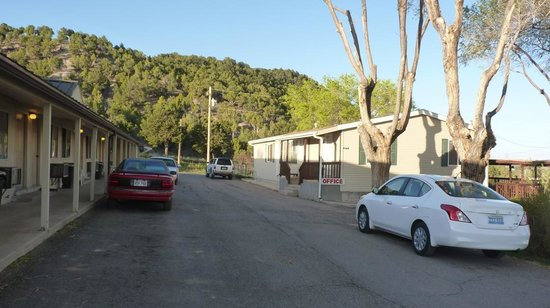 Crimson Hills Motel: outside the motel